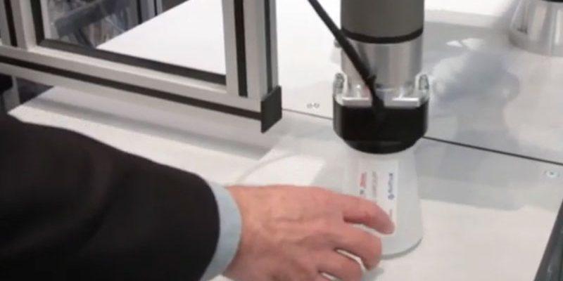 le robot de SEPRO a servi la tasse personnalisée au visiteur