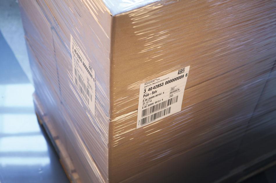 Caisse-palette emballée étiquetée avec étiquette de transport