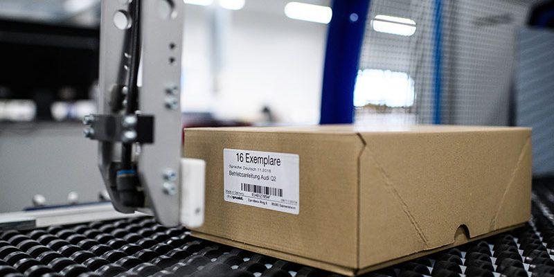 Étiquette de code-barre appliquée à une boîte en carton