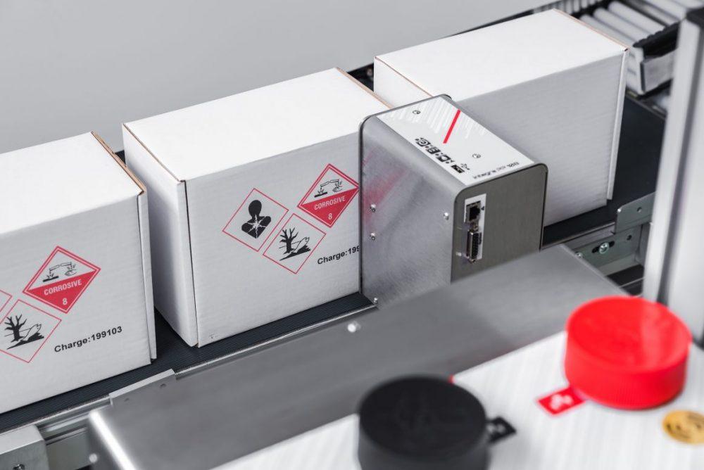 integra PP 108 bicolor kann zweifarbige Gefahrensymbole GHS-konform mit einem Druckkopf drucken